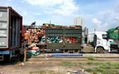 農產品從運貨車轉裝到列車車廂上。(圖源:范宣)