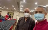 清峰法師邀請許玉林先生一起巡視廚房的準備工作。