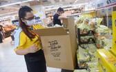 8月29日,Tops Market 超市草田分店工作人員根據訂單準備貨物發往各地。(圖源:光定)