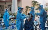 防疫工作人員為市民進行採樣檢測。(圖源:成安)