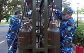 第 372 師 925 團的官兵在操作一個移動制氧站。(圖源:阮陽)