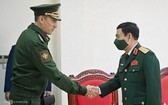 國防部部長潘文江大將(右)接見俄羅斯國防部副部長克里沃魯奇科‧阿列克謝‧努里耶維奇。(圖源:江輝)