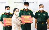 市人民議會主席阮氏麗(左二)向正在本市參加新冠肺炎疫情防控工作的軍隊幹部、戰士贈送禮物。(圖源:市黨部新聞網)