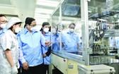 政府總理范明政參觀三星公司設在太原省的生產線。(圖源:VGP)