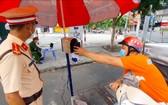 一名快遞員過站時經自動攝像系統掃描健康申報二維碼。(圖源:南范)