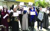 多名阿富汗婦女走上街頭舉行遊行示威活動,要求在塔利班統治下獲得更多權利。(圖源:AP)