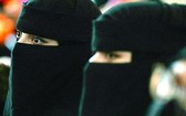 大學女生上課須戴只露兩眼面紗。(圖源: 互聯網)