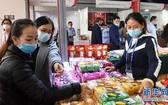 圖為2020年11月27日,消費者在廣西南寧國際會展中心挑選商品。(圖源:新華社)