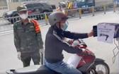 一名市民外出過站時經自動攝像系統掃描健康申報二維碼。(圖源:視頻截圖)