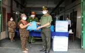 市公安廳廳長黎鴻南少將向本市貧困民眾問候和贈送援助品。