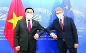 越南國會主席王廷惠與歐洲議會主席薩索利合影。(圖源:越通社)