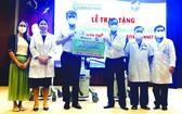 吳明穎會長(左三)向同奈全科醫院院長 吳德俊轉交呼吸機。
