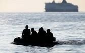 靠近英國多佛港的偷渡船隻。(圖源:互聯網)