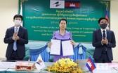 柬埔寨商業部國務秘書鄧烈貢隆(中)代表簽署會議紀要。 (圖源:柬埔寨商業部)