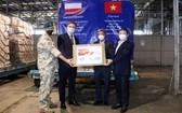 波蘭援助我國一批防疫醫療物資的交接儀式現場。(圖源:春區)