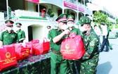 越南人民軍副總參謀長吳明進中將向市司令部幹部移交禮物。(圖源:越通社)