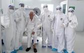八旬老翁(左三)康復出院前與醫護人員合照。(圖源:PV)