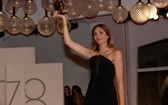 9月11日,在意大利威尼斯,影片《正發生》導演奧德蕾·迪萬展示獎杯。 (圖源: 新華社)