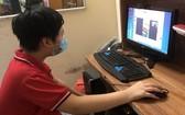 獲贈二手台式電腦的一名學生居家線上學習。