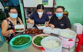 """""""愛心家廚""""項目已向抗疫一線人員、隔離區和封鎖區貧困民眾以及8號野戰醫院免費提供近2萬份膳食。"""