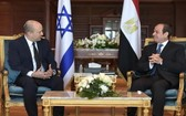 埃及總統阿卜杜勒-法塔赫‧塞西(右)當地時間13日在紅海海濱城市沙姆沙伊赫會晤來訪的以色列總理納夫塔利‧貝內特。(圖源:GPO)