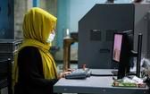 一名阿富汗女性在操作電腦。(圖源:互聯網)