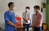 第五郡越南祖國陣線委員會主席黎晉才(右一)探訪第十四坊低收入勞動者。