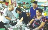 劉植仁和其家人親自製作潮州糕餅。