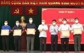市委宣教處主任潘阮如奎與第五郡郡委書記阮孟強表彰在防疫工作有出色成績集體。(圖源:孟和)