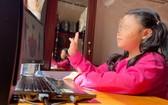 圖為本市的一名小學生現暫時無法返回胡志明市,只好待在家鄉進行線上學習。(圖源:C. Phượng)