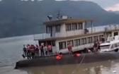 救護隊在客船側翻現場搜尋生還者。(圖源:澎湃新聞)