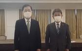 當地時間5月5日,在英國倫敦市區一家酒店,韓國外長鄭義溶(左)同日本外相茂木敏充舉行會談並合影留念。 (圖源:韓聯社)