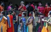 當地時間2021年9月17日,印度孟買,印度婦女在一次特殊的婦女大規模疫苗接種活動中排隊等待注射新冠疫苗。 (圖源:澎湃影像)