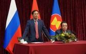 外交部長裴清山(左)在聚會上致詞。(圖源:VOV)