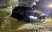 8月23日,全羅南道麗水市一公路被淹。(圖源:韓聯社)