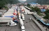 貨車在諒山省新青口岸等待通關。