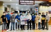 張文達(白衣)與朋友們向北江省贈送6000個N95口罩和2000套快篩試劑。