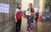 陳氏玉香(左)送一名手骨折的熟人到平盛郡第十三坊接種疫苗。