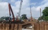 阮文靈與阮友壽街交通樞紐地下通道項目在本市實施社交隔離期間仍照常施工。(圖源:杜鸞)