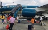 圖為旅客步行登上飛機。(示意圖源:GT)
