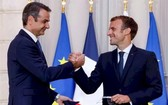 當地時間9月28日,在巴黎愛麗舍宮簽署新的國防協議後,希臘總理基里亞科斯·米佐塔基斯(左)和法國總統埃馬紐埃爾·馬克龍握手。(圖源:Getty Images)