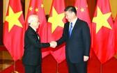 中國總書記、國家主席習近平於 2017 年迎接來訪的黨中央總書記阮富仲。(圖源:越通社)