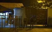 9月29日,厄瓜多爾警方人員在瓜亞基爾發生暴亂的監獄外站崗。 (圖源:新華社)