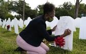 截至美國東部時間1日23時,美國累計確診新冠病例超過4361萬7000例,累計新冠死亡病例超過70萬例。(圖源:AP)