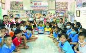 故鄉人道中心的孤兒們獲得捐贈平板電腦後 的喜悅。