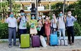 張文達(右)歡送年輕醫生們到芹耶縣醫院參加防疫工作。