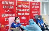 本市年輕人參加志願捐血活動。