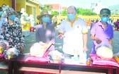 芽莊廣東會館理事長鄭成龍向貧民派發糧食。