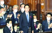 日本國會眾議院舉行的首相指名選舉中,自民黨新總裁岸田文雄(中)起身致謝。(圖源:)