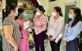市婦聯會主席阮陳鳳珍(右三)探望受疫情影響的少兒。